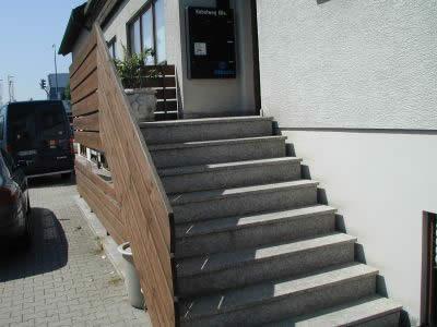 Außenaufgang zu einem Versicherungsbüro, ohne Vordach, Treppenbreite 1,6 m, obgleich mehrfach im Jahr - vor allem im Winter - Kunden gestürzt sind, fehlt der gesetzlich vorgeschriebene beidseitige Handlauf. Die