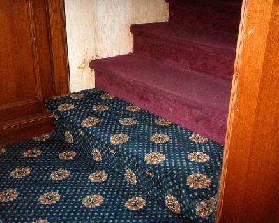 Für Sehbehinderte und ältere Menschen ist diese Antrittsstufe nicht als solche zu erkennen. Das Bild stammt aus einer Hotelanlage.