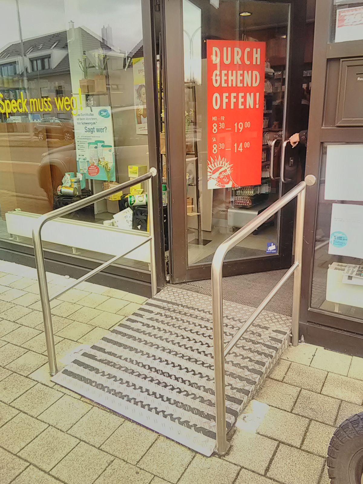 Gute Lösung: Auch bei einer kleinen Schwelle eine Rampe zu einer Apotheke - das ist kundenorientiert.