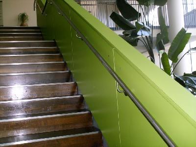 Beidseitiger Wandhandlauf in einem Hotel/Versammlungssätte auf 85 cm Höhe, Brüstungshöhe auf 100 cm.