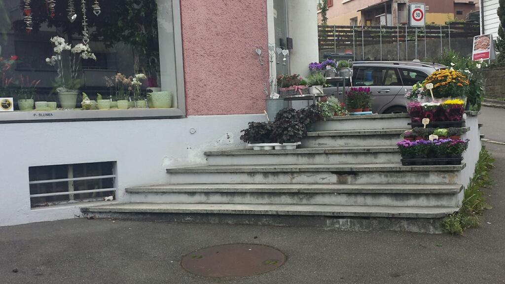 Da wundert sich der Inhaber, dass so wenig ältere Kunden kommen: Treppe ohne Handlauf