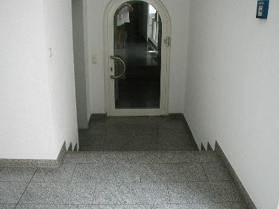 Aufgang zur Anwaltskanzlei - hoffentlich kennt der Hausbesitzer anschließend einen guten Anwalt bei Schadensersatzansprüche aus einem Sturz an der Treppe.