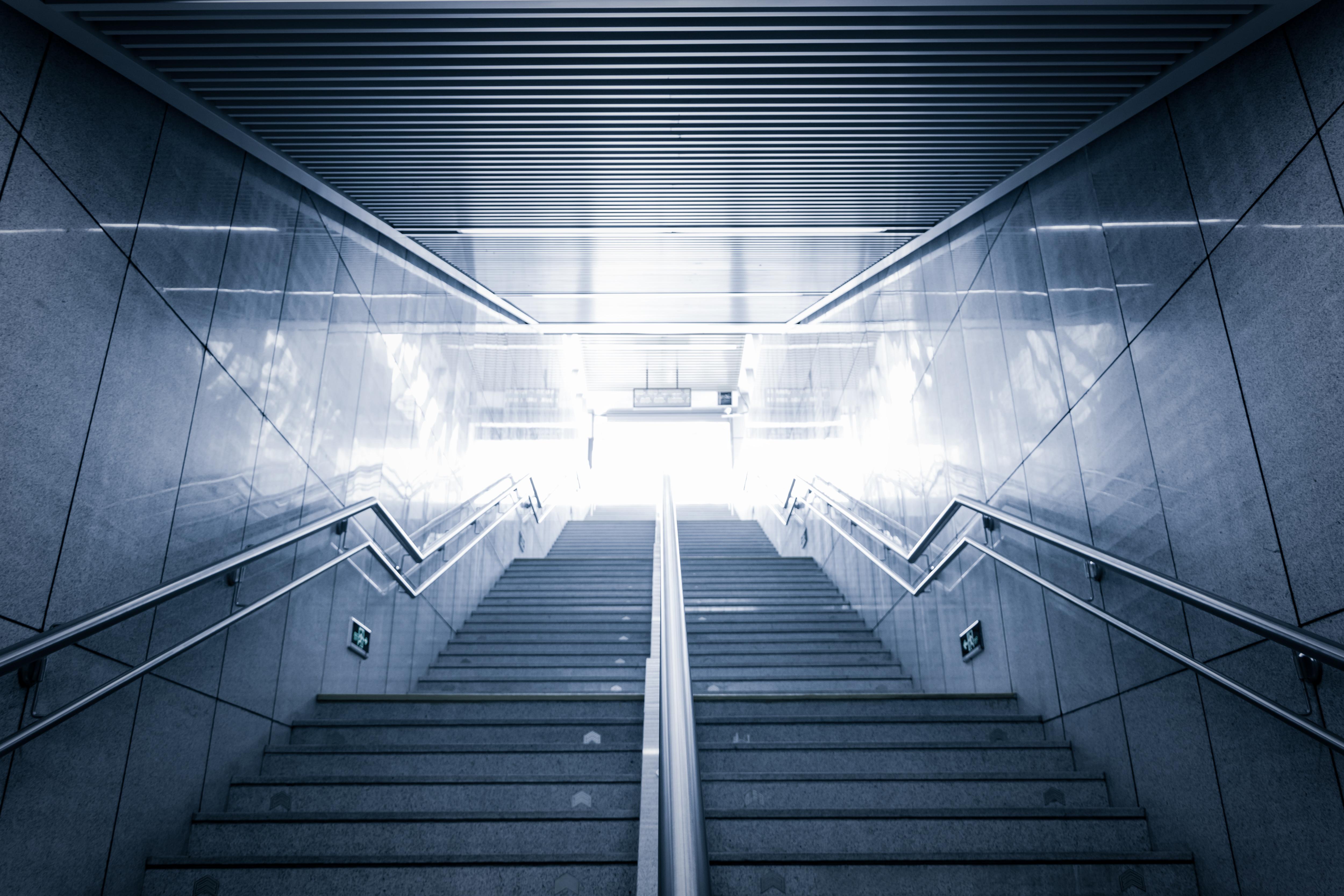 Treppe mit beidseitigem Handlauf in einem öffentlichen Gebäude